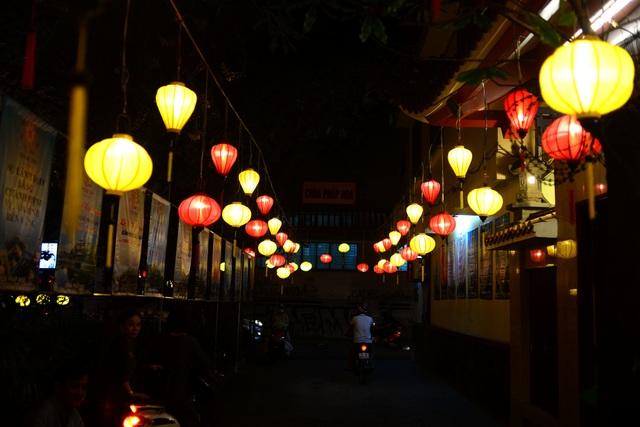 Hoa đăng lung linh trên kênh Nhiêu Lộc chào đón lễ Phật đản - 12