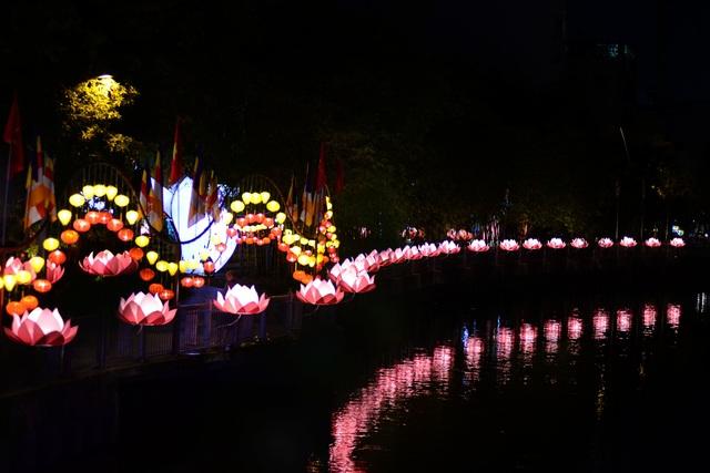 Hoa đăng lung linh trên kênh Nhiêu Lộc chào đón lễ Phật đản - 10