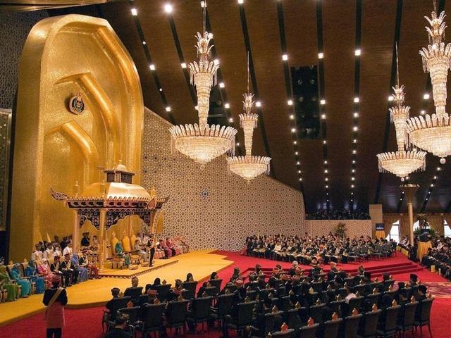 Sở hữu 500 siêu xe Rolls-Royce, Quốc vương Brunei sống xa hoa như thế nào? - 11