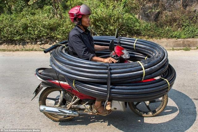 Khách Tây choáng với những kiểu lái xe độc nhất vô nhị ở Việt Nam - 1