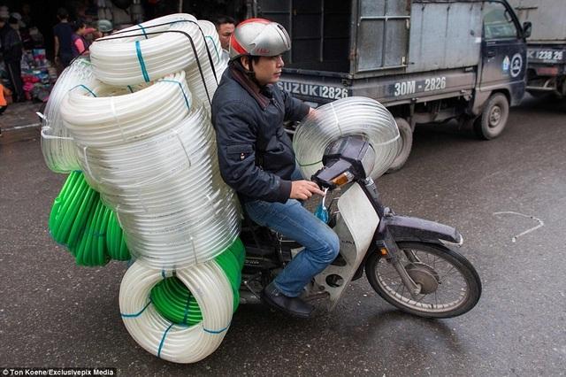 Khách Tây choáng với những kiểu lái xe độc nhất vô nhị ở Việt Nam - 2