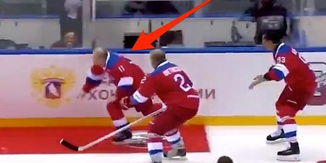 Ông Putin ngã trên sân khúc côn cầu khi chào khán giả - 1