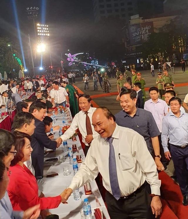Thủ tướng cùng hàng vạn người dân dự Lễ hội Hoa Phượng đỏ 2019 - 1