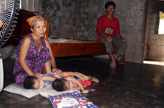 Gia đình nghèo kiết bất lực nhìn con gái 3 tuổi không có hậu môn chết mòn! - 8