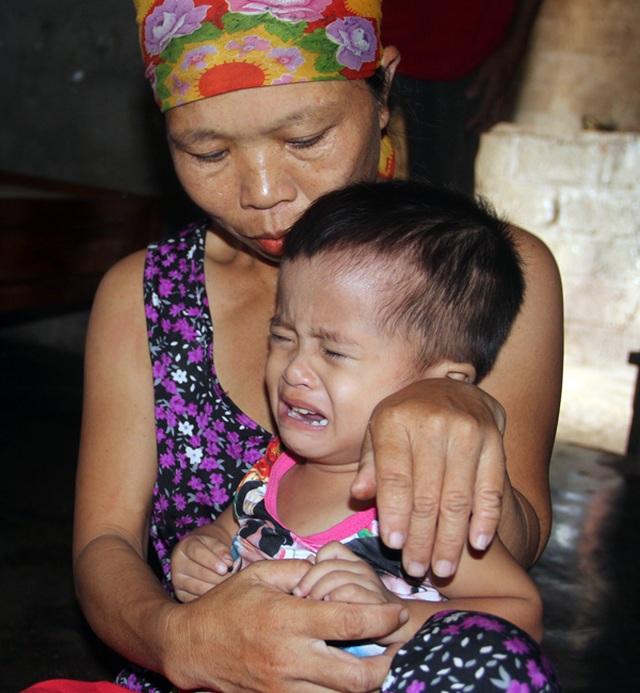 Gia đình nghèo kiết bất lực nhìn con gái 3 tuổi không có hậu môn chết mòn! - 6