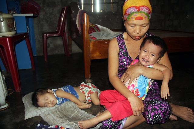 Gia đình nghèo kiết bất lực nhìn con gái 3 tuổi không có hậu môn chết mòn! - 4