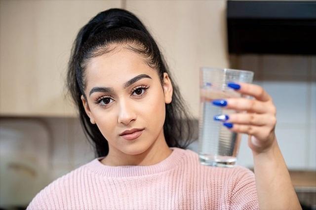 Cô gái mắc bệnh cực hiếm dị ứng... nước: Chỉ đổ mồ hôi cũng gây đau đớn - 1