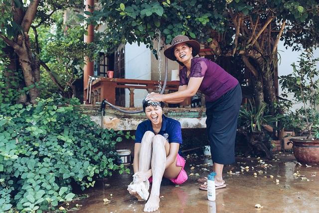 H'hen Niê gây sốt khi tiết lộ hình ảnh được mẹ tắm như thời thơ ấu - 4