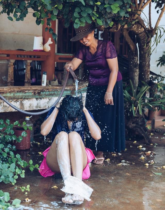 H'hen Niê gây sốt khi tiết lộ hình ảnh được mẹ tắm như thời thơ ấu - 3