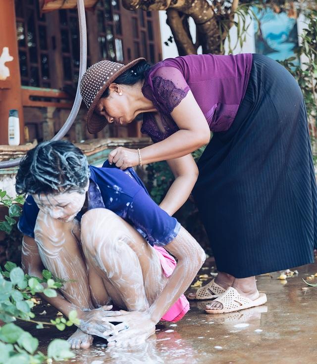 H'hen Niê gây sốt khi tiết lộ hình ảnh được mẹ tắm như thời thơ ấu - 5