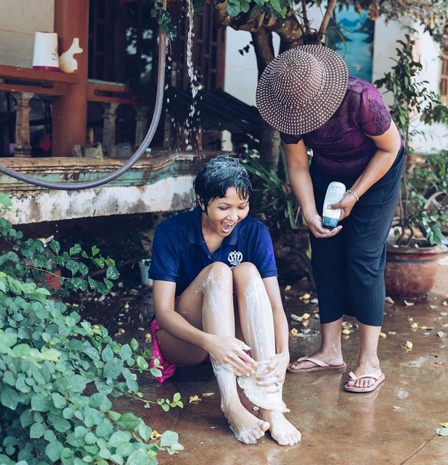 H'hen Niê gây sốt khi tiết lộ hình ảnh được mẹ tắm như thời thơ ấu - 2