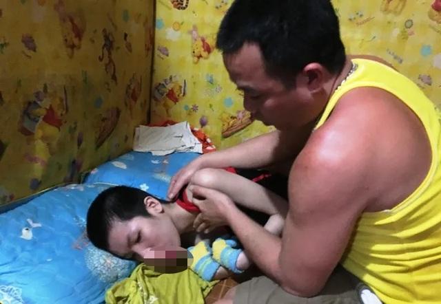 Bạn đọc Dân trí giúp đỡ cô bé teo não hơn 20 triệu đồng - 1
