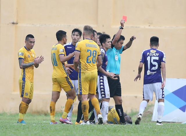 Đình Trọng nhận thẻ đỏ, CLB Hà Nội thảm bại trước Thanh Hoá - 1