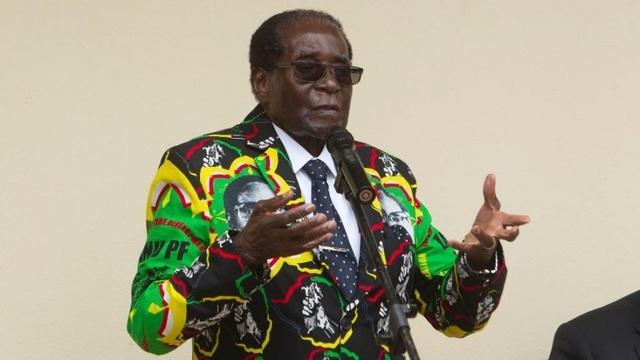 Cựu Tổng thống Zimbabwe bán xe sang, máy móc để trả nợ - 1
