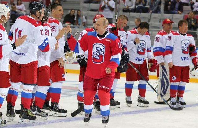 """Tổng thống Putin """"lăn xả"""" hết mình trên sân khúc côn cầu - 4"""