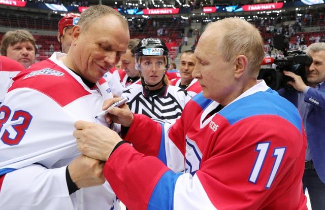 """Tổng thống Putin """"lăn xả"""" hết mình trên sân khúc côn cầu - 13"""