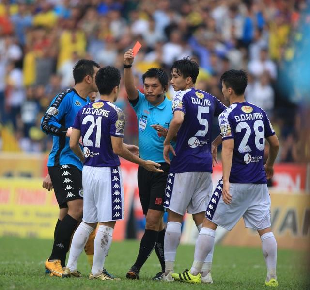 HLV CLB Hà Nội bức xúc với chiếc thẻ đỏ của Đình Trọng - 1