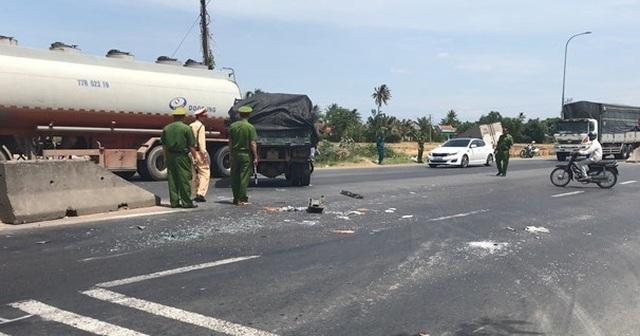 Cắt cabin xe tải cứu tài xế bị dập nát chân - 1