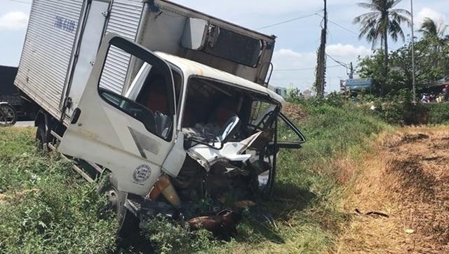 Cắt cabin xe tải cứu tài xế bị dập nát chân - 2