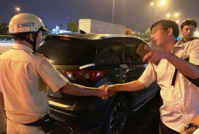 """Bị xử phạt nồng độ cồn, tài xế và nhiều người trên ô tô """"quậy"""" CSGT - 7"""