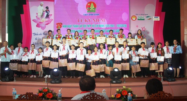 Bình Định: Trao 55 suất học bổng cho học sinh nghèo học giỏi - 1
