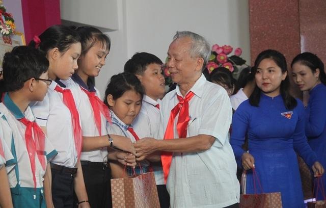 Bình Định: Trao 55 suất học bổng cho học sinh nghèo học giỏi - 2