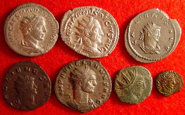 Ăn may đào được kho báu hơn 3.000 đồng xu từ thế kỷ 4 - 1