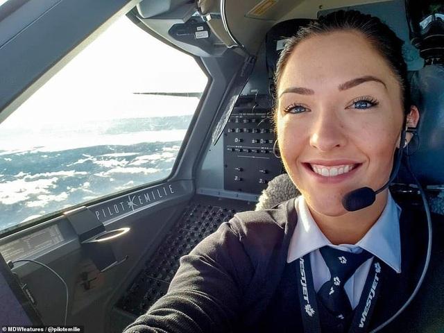 Nữ phi công nóng bỏng khiến dân mạng sốt xình xịch - 1