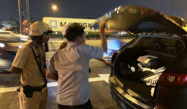 """Bị xử phạt nồng độ cồn, tài xế và nhiều người trên ô tô """"quậy"""" CSGT - 5"""