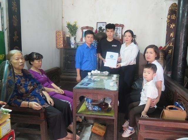 Tặng thẻ BHYT tới con của nữ công nhân vệ sinh tử nạn - 1
