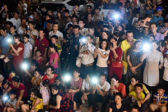 Hàng vạn người chen chân xem bắn pháo hoa tại chùa Tam Chúc - 1