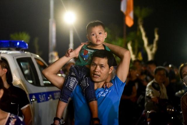 Hàng vạn người chen chân xem bắn pháo hoa tại chùa Tam Chúc - 8