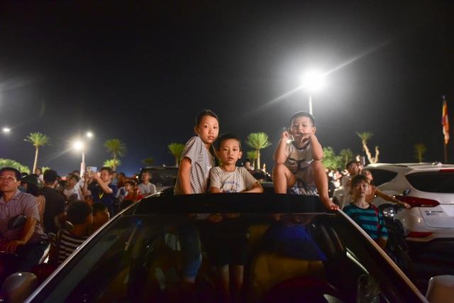 Hàng vạn người chen chân xem bắn pháo hoa tại chùa Tam Chúc - 11