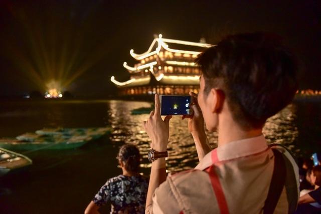 Hàng vạn người chen chân xem bắn pháo hoa tại chùa Tam Chúc - 5