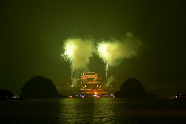 Hàng vạn người chen chân xem bắn pháo hoa tại chùa Tam Chúc - 19