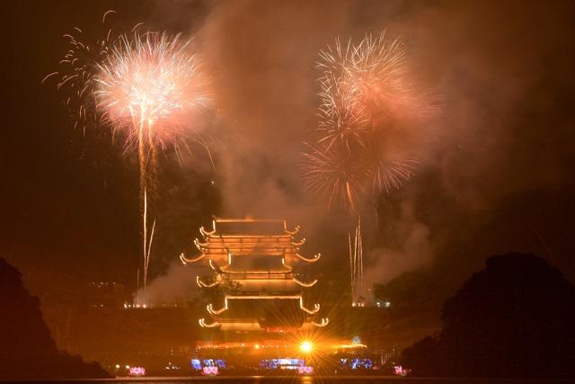Hàng vạn người chen chân xem bắn pháo hoa tại chùa Tam Chúc - 14