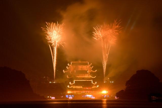 Hàng vạn người chen chân xem bắn pháo hoa tại chùa Tam Chúc - 16