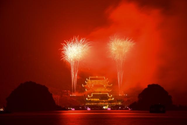 Hàng vạn người chen chân xem bắn pháo hoa tại chùa Tam Chúc - 18