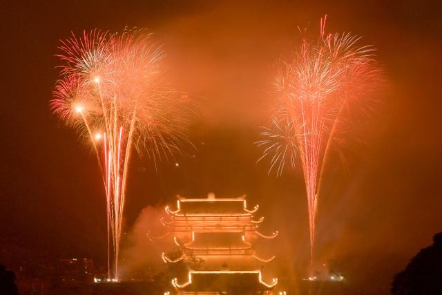 Hàng vạn người chen chân xem bắn pháo hoa tại chùa Tam Chúc - 13