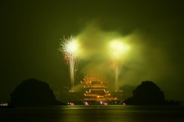 Hàng vạn người chen chân xem bắn pháo hoa tại chùa Tam Chúc - 20
