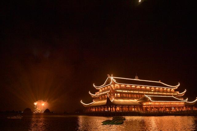 Hàng vạn người chen chân xem bắn pháo hoa tại chùa Tam Chúc - 12