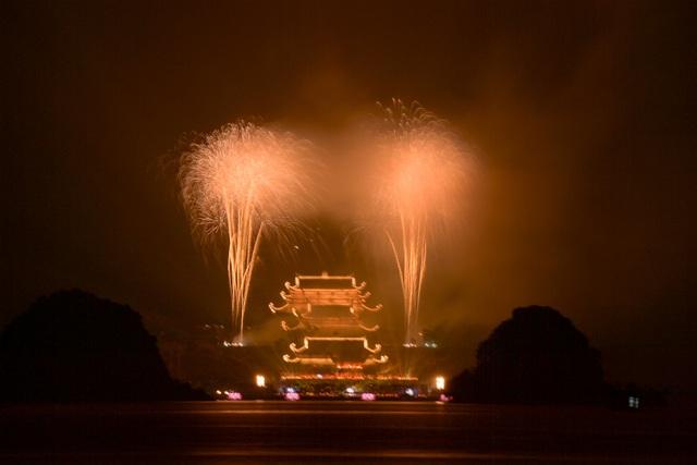 Hàng vạn người chen chân xem bắn pháo hoa tại chùa Tam Chúc - 17
