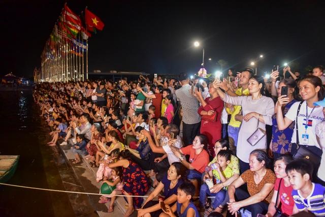 Hàng vạn người chen chân xem bắn pháo hoa tại chùa Tam Chúc - 3