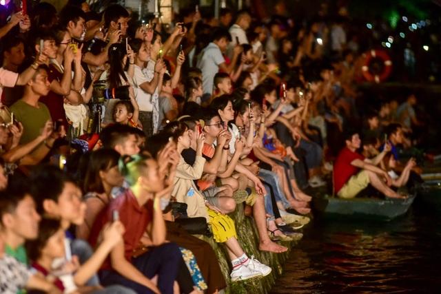 Hàng vạn người chen chân xem bắn pháo hoa tại chùa Tam Chúc - 2
