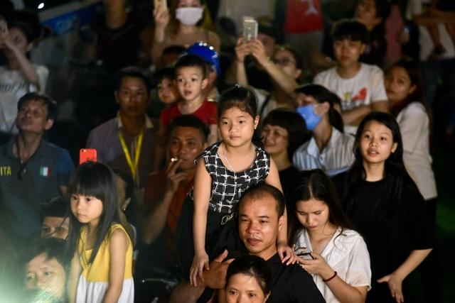 Hàng vạn người chen chân xem bắn pháo hoa tại chùa Tam Chúc - 7