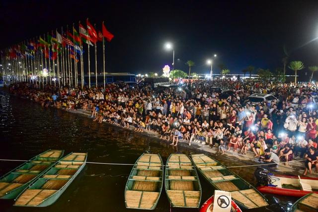Hàng vạn người chen chân xem bắn pháo hoa tại chùa Tam Chúc - 4