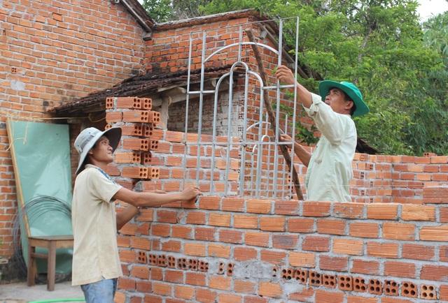 3 mẹ con sống trong ngôi nhà nóng như lò thiêu được bạn đọc Dân trí giúp đỡ xây nhà khang trang - 4