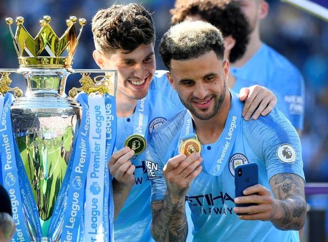 Man City hạnh phúc nhận cúp bạc vô địch Premier League - 11