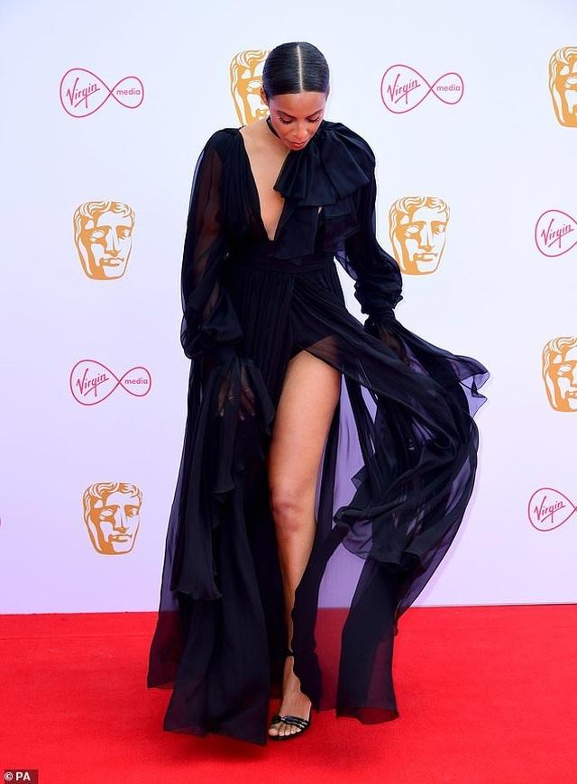 Diễn viên hài Daisy May Cooper mặc váy làm từ... túi đựng rác - 7