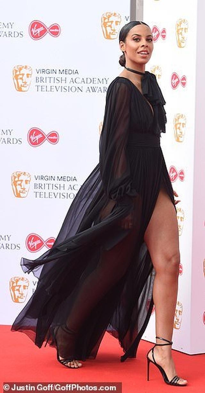 Diễn viên hài Daisy May Cooper mặc váy làm từ... túi đựng rác - 9